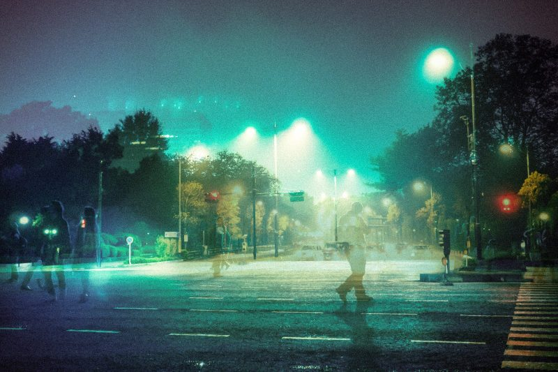 都市の夜景 人通りが少ない 葬式のイメージ