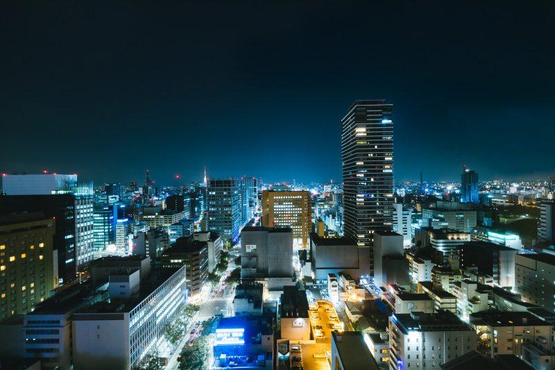 高層ビルの夜景 葬式のイメージ