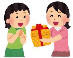 誕生日プレゼントをもらって喜んでいる人
