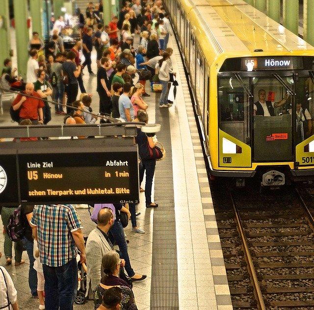 満員の通勤電車